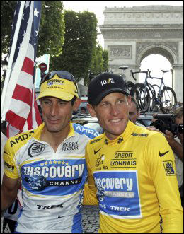 GAMLE VENNER: George Hincapie (t.v.) har blitt omtalt som en venn av Lance Armstrong. Nå har Hincapie vitnet mot Armstrong. Her er de i juli 2005. Foto: AP