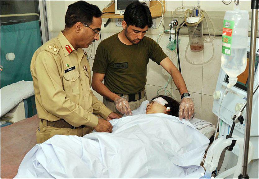 FLYTTET: Tidligere denne uken ble Malala Yousafzar (14) flyttet til et militært sykehus etter at hun ble skutt på tirsdag. Foto: AFP PHOTO
