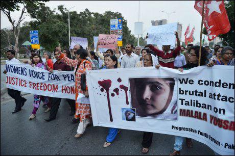 DEMONSTRERTE: Pakistanske aktiviser viste sin avsky mot attentatet på Malala Yousafzai tirsdag. Foto: AFP PHOTO / Aamir Quresh