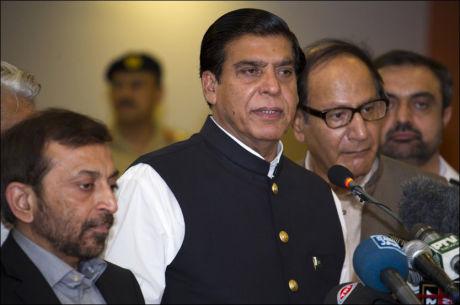 STATSMINISTEREN: Pakistans statsminister Eaja Pervez Ashraf (i midten) under pressekonferansen etter besøket hos Malala (14). Foto: AP