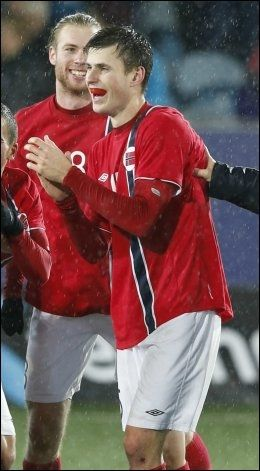 HENTET FRA A-LAGET: Håvard Nordtveit kronet en gjestevisitt på U21-landslaget med EM-billett. Her jubler han sammen med Jo Inge Berget etter 5-3-seieren. Foto: Scanpix