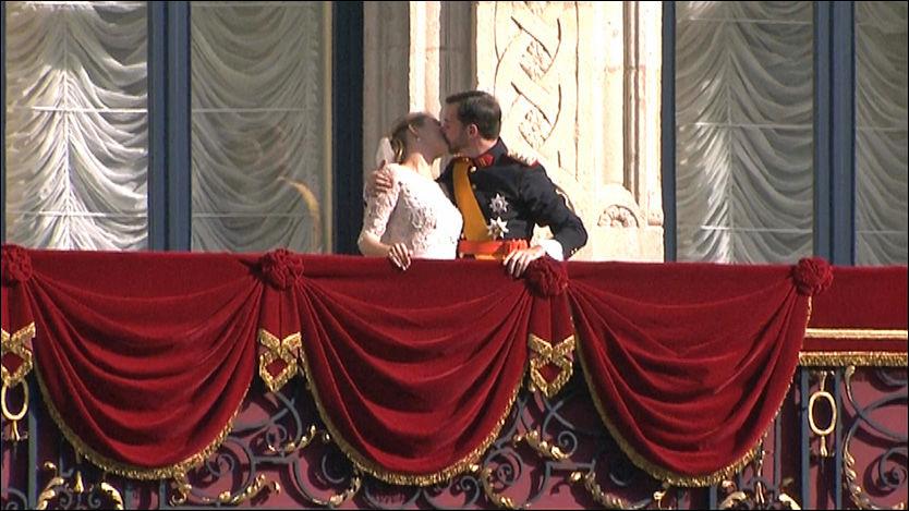 KLINTE TIL: Prins Guillaume var ikke sen med å kysse sin kone da han sto på slottsbalkongen. Foto: VGTVs livestream.