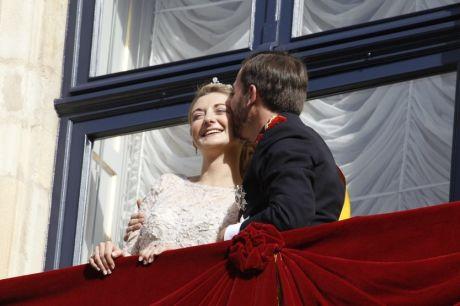 KOSTE SEG: Prins Guillaume kostet på seg et ekstra kyss på kinnet etter det virkelige kysset. Foto: MATTIS SANDBLAD, VG.