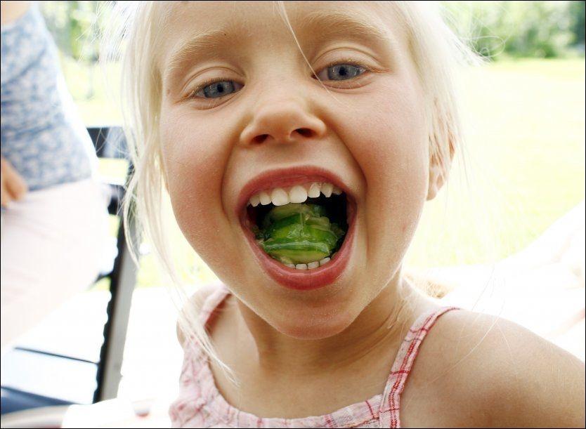 HELSEFOREBYGGENDE: Spiser du rikelig med frukt og grønnsaker, har du større sjanse for godt humør og bra mental helse, skriver britiske forskere. Bildet er tatt ved en annen anledning. FOTO: NTB SCANPIX