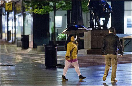 LØPER TIL: Like ved ærverdige Grand Hotell, med statuen av Ghristian Krogh som vitne, løper den afrikanske prostituerte etter VGs reporter - for å tilby kjøp av sex. Foto: HELGE MIKALSEN