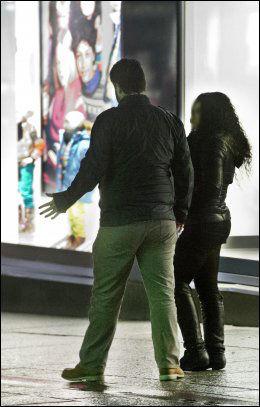 KROPPSSPRÅK: Selv om VGs reporter sa både med ord og kroppspråk at han ikke var interessert, var de prostituerte agressive i sin markedsføring. Foto: HELGE MIKALSEN