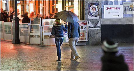 FULGTE ETTER: Med paraply i regnet fulgte denne prostituerte etter VGs reporter i 35-40 meter oppover Karl Johans gate. Foto: HELGE MIKALSEN