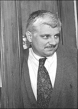 INNRØMMER Å HA GITT RYTTERE ULOVLIGE STOFF: Georges Mouton erkjente i 2000 at han ga enkelte ryttere stoffet DHEA. Det stoffet skal også Kjærgaard har brukt. Foto: Med tilatelse fra Danmarks Radio