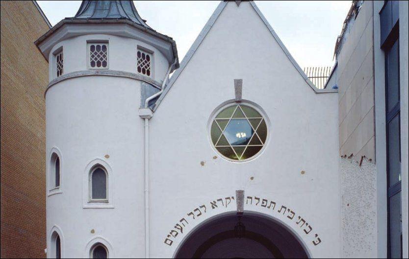 BESKUTT FØR: Synagogen i Oslo ble pepret med kuler i 2006. Arfan Bhatti er dømt for psykisk medvirkning til skytingen. Foto: NASJONALMUSEET