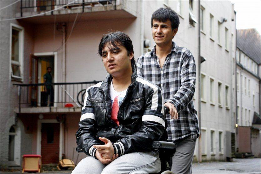 VENTER FORTSATT: Hasan (19) og Husein (18) flyktet fra Afghanistan for over tre år siden. De har fått avslag på søknaden om asyl, men Huseins helseproblemer gjør at brødrene har midlertidig opphold. Foto: NILAS JOHNSEN/VG