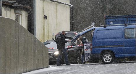 PAKKER UT: Her jobber polititjenestemenn og kriminalteknikere med å frakte utstyr fra bilene til verkstedet til 64-åringen. Foto: JAN PETTER LYNAU / VG