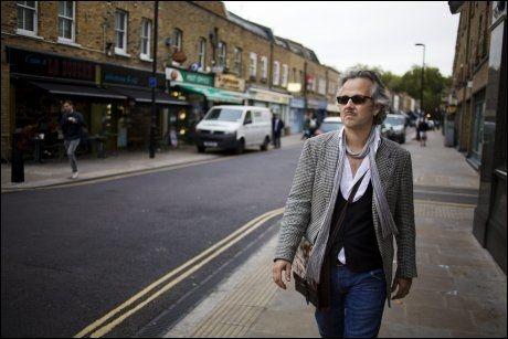 HJEMME I LONDON: Broadway Market i Hackney, øst i London, er for tiden Ari Behns favorittgate. - Jeg er utrolig glad for tiden i Norge, men jeg føler meg mest hjemme her, sier Ari, som også bodde de første årene av sitt liv i London, sammen med foreldrene. Foto: Kyrre Lien / VG