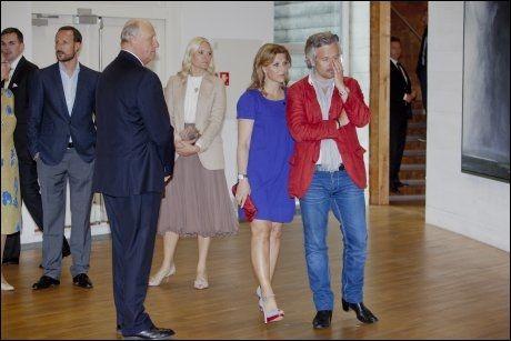 KONGELIG KUNST: Kong Harald, kronprins Haakon (t.v.), kronprinsesse Mette-Marit, prinsesse Märtha Louise og Ari Behn (t.h.), her fotografert i juni i forbindelse med åpningen av utstillingen «Landskap og Rom» og utdelingen av The Queen Sonja Nordic Art Award 2012 på kunstsenteret på Høvikodden. Foto: Stian Lysberg Solum / NTB scanpix