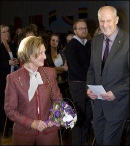 FIKK PRIS: Rektor Frode Germeten fikk H.K. Dronning Sonjas skolepris i 2009. Foto: NTB Scanpix
