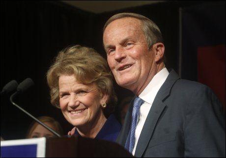 TAPTE: Senatorkandidat Todd Akin innrømmer tapet sammen med sin kone Lulli. Akin kom med svært kontroversielle uttalelser i forkant av valget. FOTO: REUTERS