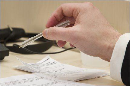 REFSER PENNEN: Her er Breivik avbildet med gummipennen han må bruke under rettssaken. Foto: Heiko Junge / NTB scanpix