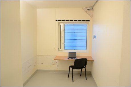 CELLEN: Her er en av cellene som Breivik disponerer. PC-en er han nå fratatt. Foto: FOTO: Ila fengsel og forvaringsanstalt/Glefs AS