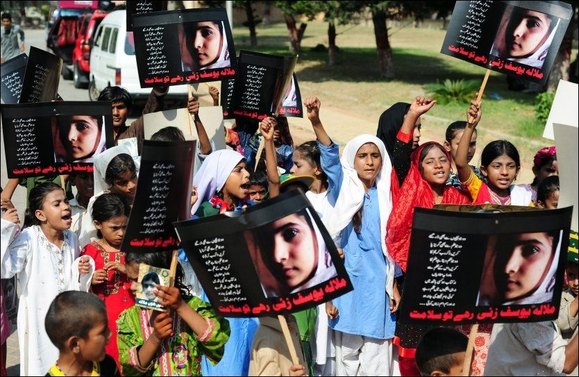 FORBILDE: Pakistanerne markerer «Malala-dagen» med stipendprogram og tog. Her fra en markering i Karachi, lørdag. Foto: Rizwan Tabassum, AFP Photo / NTB Scanpix