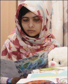 BLIR FRISK: Malala Yousufzai har våknet opp fra koma og får behandling på Queen Elizabeths sykehus i Birmingham. Her leser hun et av de mange kortene hun har fått. Foto: Reuters / NTB Scanpix