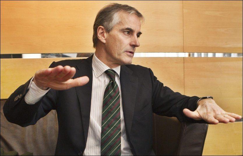 LØFTER: Helse- og omsorgsminister Jonas Gahr Støre (Ap) sier han jobber med å forsterke dagtilbudet. Foto: NILS BJÅLAND
