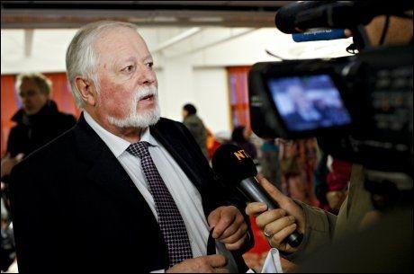 RÅDGIVER: I kjelleren på Urtehagen Friskole har pressen samlet seg for å få en kommentar av rådgiver ved Friskolen, Jan Akerjordet. Foto: ANETTE KARLSEN, NTB SCANPIX