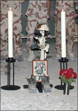 HEDRER KAMERAT: Kolleger fra FSK/HJK samler seg i sorg rundt våpenet, hjelmen, skoene og et bilde av Tor Arne Lau-Henriksen - bare timer etter at han ble drept. Den norske løytnanten ble drept i en skuddveksling i Lowgar-provinsen sør for Kabul 23. juli 2007. Foto: FSK/HJK