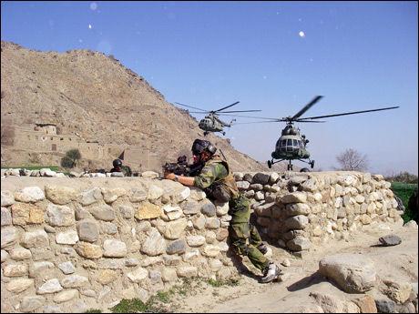 STØTTER AFGHANERE: Norske soldater får støtte av helikoptre fra Afghan Army Air Corps under en kontra-narkotika-operasjon utenfor Kabul i 2009. Foto: FSK/HJK