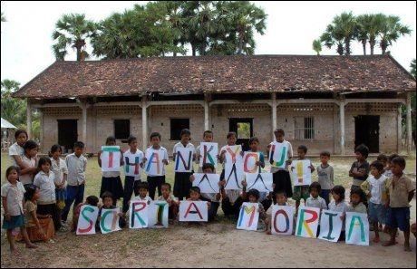 TAKKER: Skolebarna på Tatouk Primary School i Kambodsja takker for all støtten de har fått fra norsk-bygde Hotel Soria Moria i Siem Reap. Foto: Privat