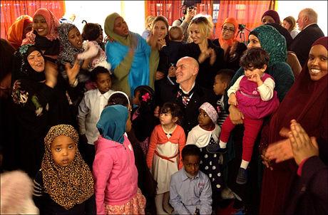 SKULLE FÅ MEDALJE: Linstad møtte opp med flere barn fra Urtehagen barnehage da han skulle få medaljen, men så viste det seg at overrekkelsen ble utsatt. Foto: ANDREAS ARNSETH