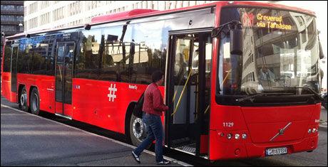 ESKORTEBUSS: En Volvo-dieselbuss av denne typen kjører etter hydrogenbussen for å plukke opp passasjerer i tilfelle den stopper. Foto: Ruter