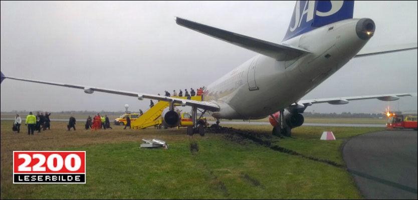 SKLED: Her blir passasjerene evakuert fra SAS-flyet på Kastrup. Foto: 2200-tipser