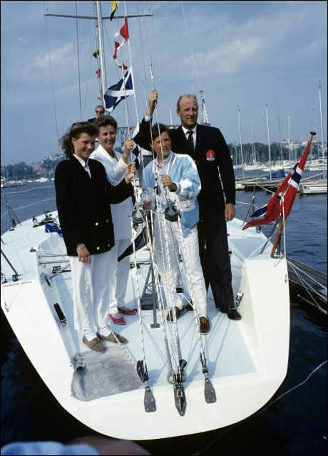 SEILERFAMILIE: Her døper dronning Sonja seilbåten Fram X, sammen med kong Harald, prinsesse Märtha Louise og kronprins Haakon Maguns. Foto: Trond Solberg / VG