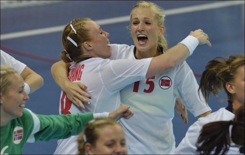 GULLJENTER: Karoline Dyhre Breivang omfavnet Linn Jørum Sulland da Norge tok OL-gull i London. Foto: Bjørn S. Delebekk