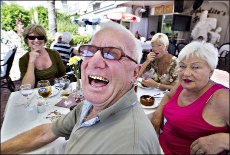 NORSK TREFF: Hver onsdag er det norsk treff på Aphrodites Garden. Da møter Roar Syvertsen fra Moss likesinnede nordmenn for løssluppen prat og hyggelig samvær. 17. mai og julaften er det fullt hus.