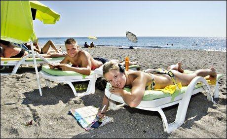 PÅ FERIE: Erik Nygaard (23) fra Mosjøen og Sarah Ahnell (22) fra Sotra er på ferie hos Eriks far, som har leilighet i Mahmutlar. Stranden i byen er perfekt for late feriedager. Foto: Roger Neumann