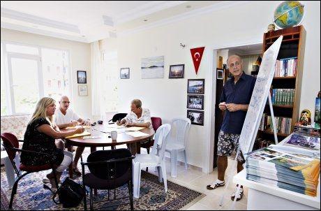 VIL INTEGRERES: Flere nordmenn i Mahmutlar lærer seg tyrkisk. Språk-undervisningen foregår i byens provisoriske bibliotek. Foto: Roger Neumann