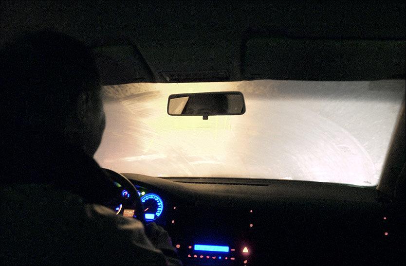 NULL SIKT: Dugg på innsiden av ruten kan unngås dersom du vasker bilens rute på innsiden jevnlig. Foto: Rolf Jarle Ødegaard