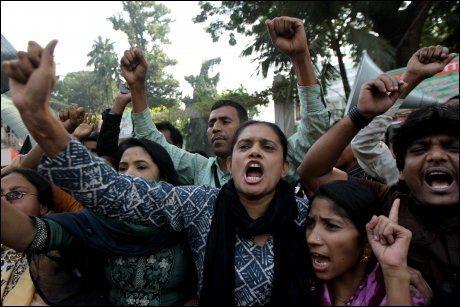 PROTEST: Bangladeshiske tekstilfabrikkarbeidere protesterte mot de dårlige arbeidsforholdene tirsdag. Foto: Strdel / AFP Photo / NTB Scanpix
