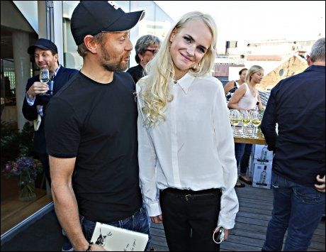 SKRØT: Aksel Hennie har tidligere sagt til VG at han beundrer Linnéa Myhre for hennes mot og ærlighet. Her er de sammen på lanseringsfesten til debutboken hennes «Evig søndag». Foto: Mattis Sandblad/VG