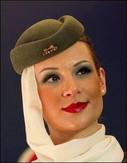 FLYVERTINNE: Uniformene til Etihad Airways er godt likt. Foto: AFP