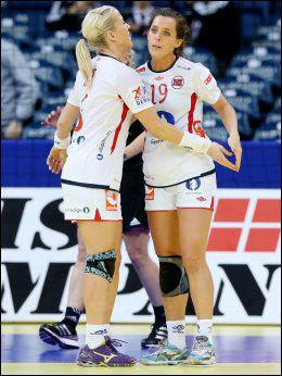 HAR FÅTT TILLIT: Ferkse Gossé har spilt drøyt 20 minutter til nå i EM. Her er hun med Heidi Løke under kampen mot Tsjekkia. Foto: Scanpix