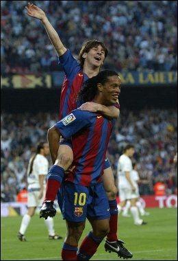 FØRSTE SCORING: 17 år gamle Lionel Messi feirer sitt første mål for Barcelona på ryggen til Ronaldinho. Foto: Lluis Gene, Afp