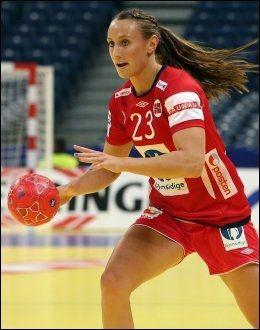 LEKKERT PUNKTUM: Camilla Herrem satte inn 30-19 i sluttsekundene. Foto: Scanpix