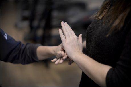 TEGNSPRÅK: For døvblinde er det vanlig å bruke taktilt tegnspråk, der tolken tegner i hendene på den døvblinde. Foto: ROBERT S. EIK/VG