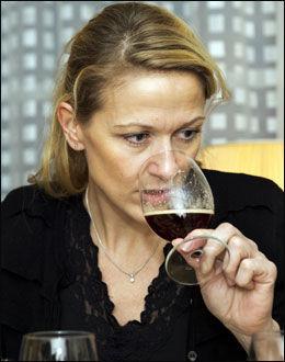 JULEØL-TEST: Her er det Eline Schulstock som tester julebrygget.