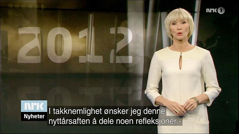 AVSLØRT: Mens programlederen ønsket velkommen, kunne seerne lese deler av Kongens nyttårstale. Foto: Faksimile NRK