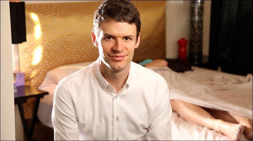 SEXCOACH: Britiske Eric Amaranth tjener 1200 kroner i timen på å se folk ha sex, og gi dem råd underveis i akten. Foto: All Over Press