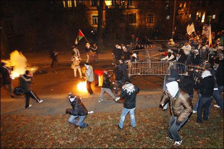 UTSATT: Det har vært flere store demonstrasjoner utenfor den israelske ambassaden. Her fra opptøyene i forbindelse med Gaza-krigen i 2009- Foto: Erlend Aas / SCANPIX