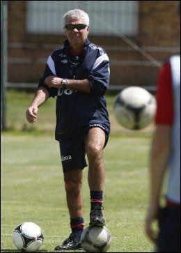 FØRSTEPRI: Egil Olsen på landslagets trening i Cape Town. Han og A-laget har førsteprioritet. Foto: Heiko Junge, NTB Scanpix