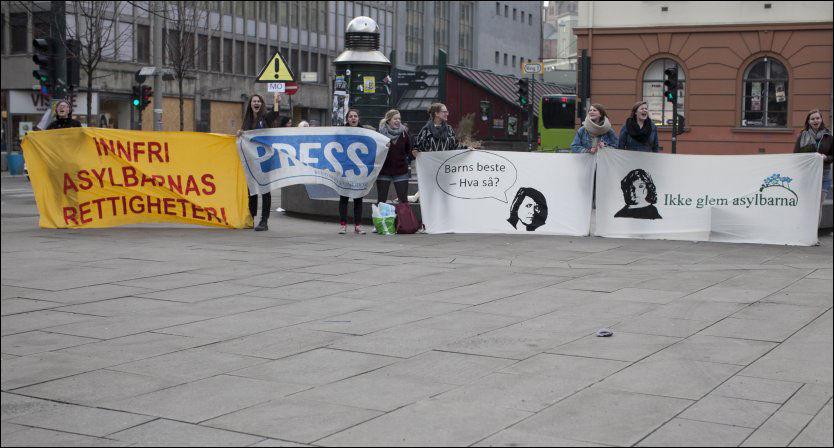 BETENT SAK: Mange har engasjert seg for asylbarnas rettigheter, men foreløpig er den politiske uenigheten stor. Her fra demonstrasjon under Oslo Aps årsmøte i 2012. Foto: NTB Scanpix
